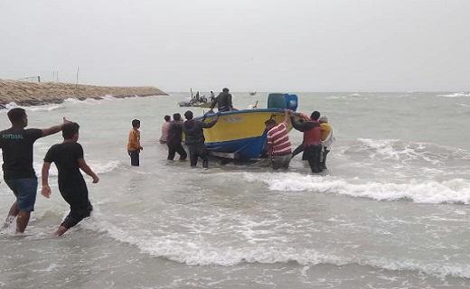 قایق های صیادی گرفتار در طوفان دریای عمان نجات یافتند