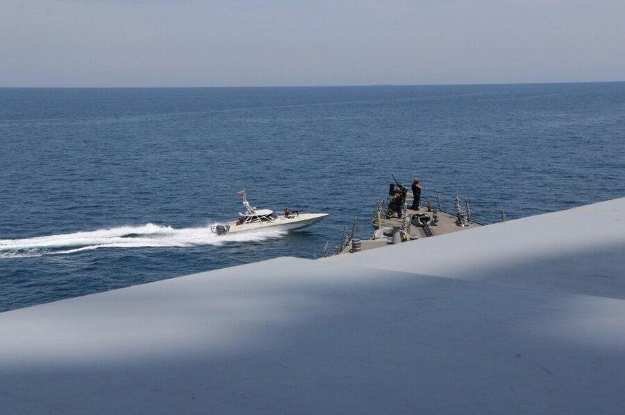 ببینید ، نزدیک شدن قایق های سپاه به ناوهای آمریکایی