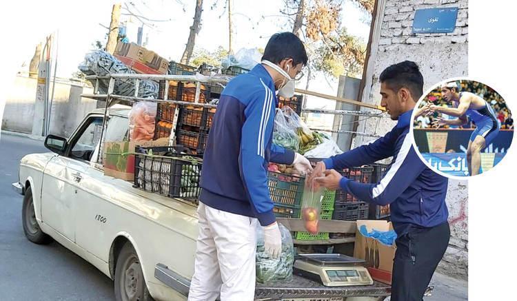 قهرمان مسابقات جهانی کُشتی در حال میوه فروشی با وانت
