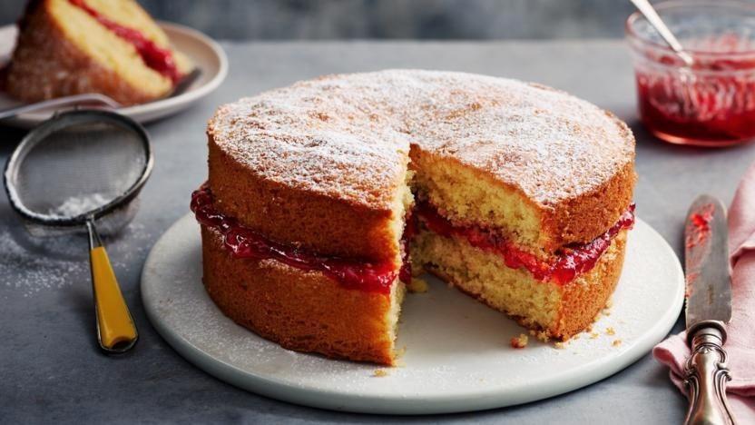 تهیه کیک ساده وانیلی اسفنجی برای 8 نفر ؛ راز کیک نرم، پف و بدون گنبدی شدن