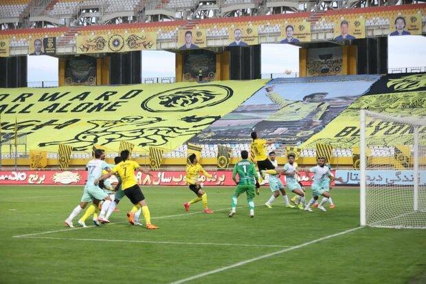 چندین انفجار مهیب در استادیوم باعث غافلگیری و شوک به بازیکنان شد!