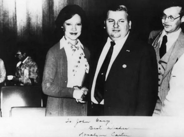 عکس عجیب: جان وین گیسی -قاتل زنجیره ای- در حال دست دادن با روزالین کارتر (بانوی اول آمریکا) در سال 1978